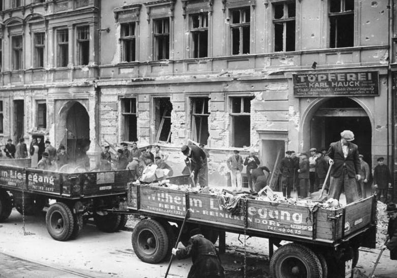 Zaciemnienie wprowadzone w Berlinie z uwagi na zagrożenie bombardowaniem było idealną okazją do działania dla zwyrodnialca. Na zdjęciu z 1940 roku robotnicy usuwają skutki angielskiego nalotu (Bundesarchiv/CC-BY-SA 3.0).