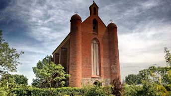 Kaplica w Chwarszczanach, 2016 rok. (fot. Jan M., lic. CC-BY-SA 3,0).