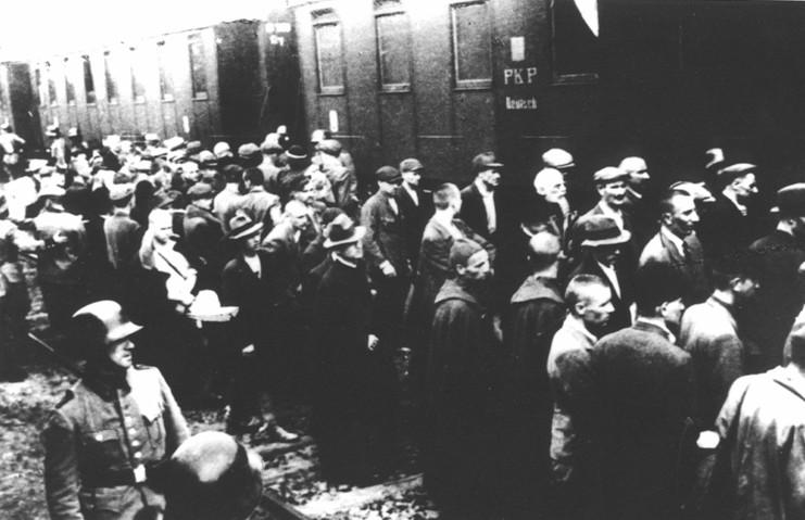Załadunek do wagonów pierwszych polskich więźniów Auschwitz (domena publiczna).