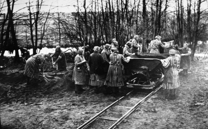 Więźniarki Ravensbrück przy pracy (Bundesarchiv/CC-BY-SA 3.0).
