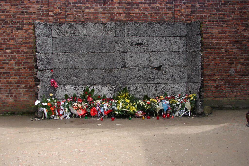 Właśnie przed tą ścianą Niemcy dokonywali egzekucji w Auschwitz (Antony Stanley/CC BY-SA 2.0).