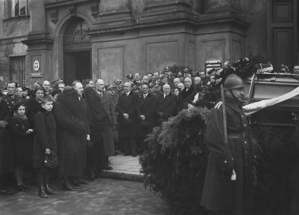 Pogrzeb generała Konarzewskiego zgromadził prawdziwe tłumy. Takiej okazji nie mogli przepuścić warszawscy doliniarze (domena publiczna).