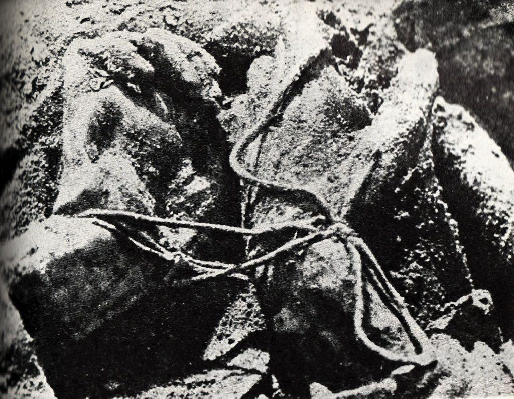 Spętane ręce jeden z ofiar zbrodni katyńskiej (domena publiczna).