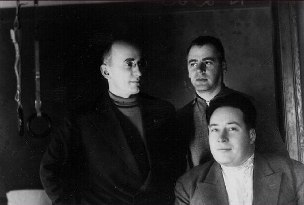 Beria i Mierkułow (stoi po prawej) na zdjęciu z 1934 roku (domena publiczna).