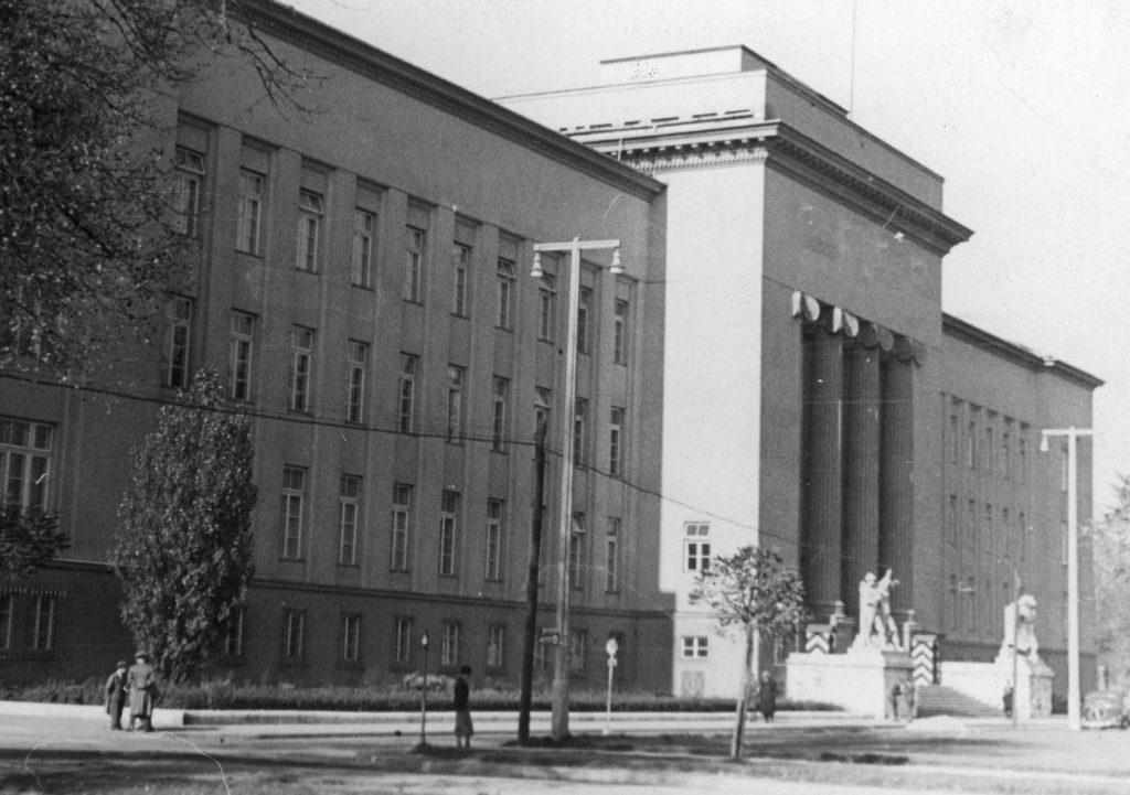 Do obrony zostały przygotowane między innymi budynki administracyjne. Na zdjęciu siedziba rządu  Generalnego Gubernatorstwa, które mieściło się w gmachu Akademii Górniczej (domena publiczna).