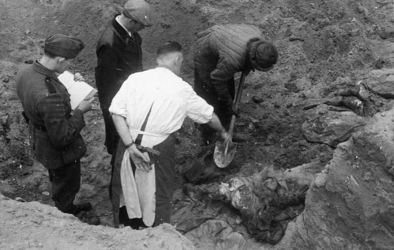 Według Sowietów w 1943 roku Niemcy przebadali tylko niewielką część zamordowanych oficerów. Na zdjęciu ekshumacja zwłok przeprowadzona w 1943 roku (domena publiczna).