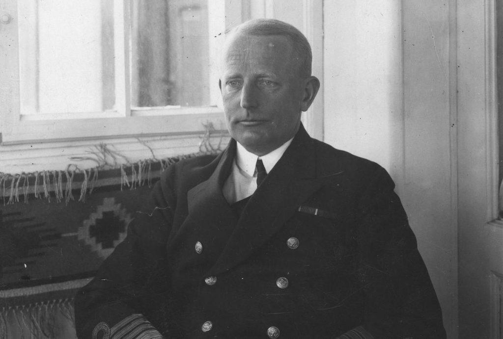 Kontradmirał  Józef Unrug (na zdjęciu jeszcze jako komandor) rozkazał wysadzić Kłoczkowskiego w neutralnym porcie (domena publiczna).