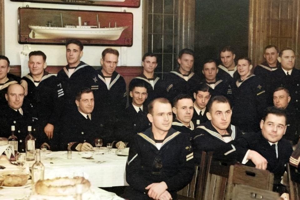 Komandor podporucznik Henryk Kłoczkowski (siedzi drugi z prawej) uchodził przed wojną za najlepszego polskiego podwodnika (Muzeum MW w Gdyni).
