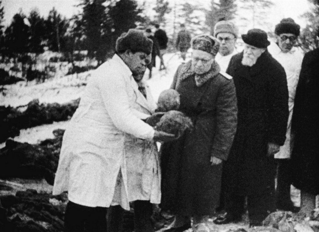 Członkowie sowieckiej komisji specjalnej oglądają w Katyniu szczątki polskich oficerów wyciągnięte z grobów spreparowanych przez NKWD, styczeń 1944 roku. Zdjęcie i podpis pochodzą z książki Katyń. Zbrodnia i walka propagandowa wielkich mocarstw (materiały prasowe).