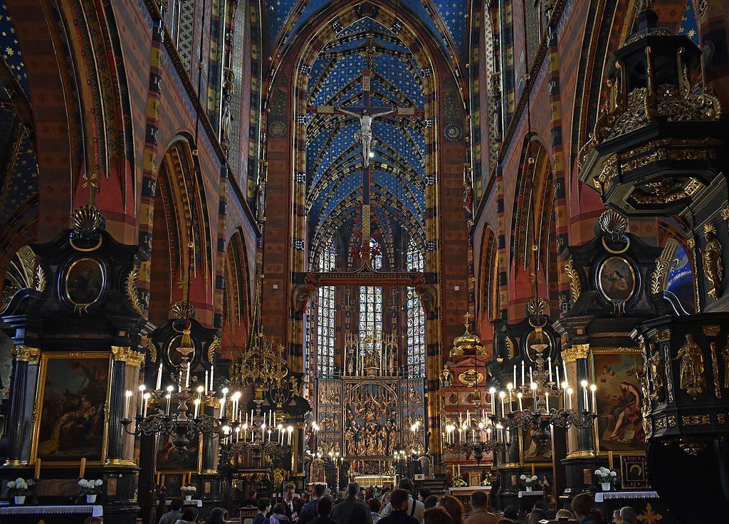 Nawa główna kościoła Mariackiego w Krakowie (Zetpe0202/CC BY-SA 4.0).