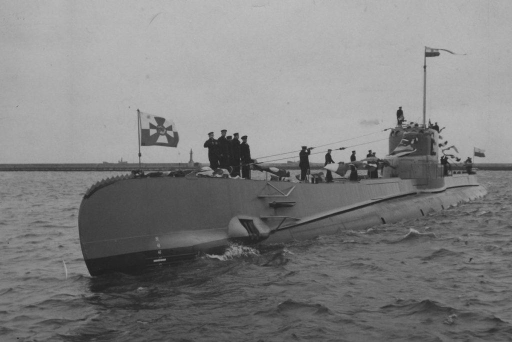 """Powitanie okrętu podwodnego ORP """"Orzeł"""" w porcie w Gdyni (domena publiczna)."""