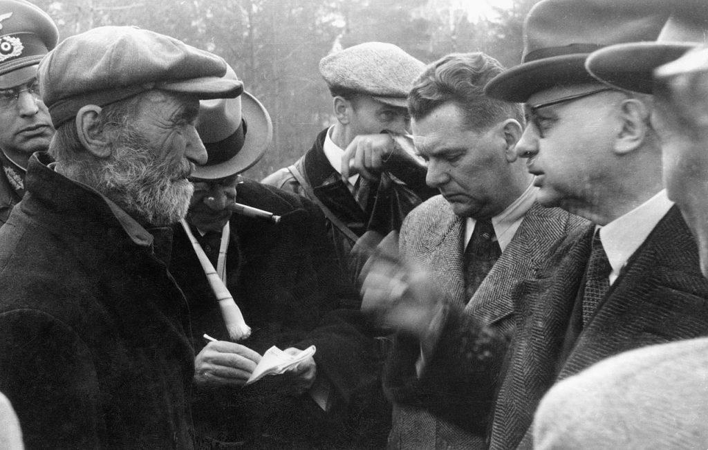 Parfien Kisielew (z brodą) na zdjęciu z wiosny 1943 roku (domena publiczna).