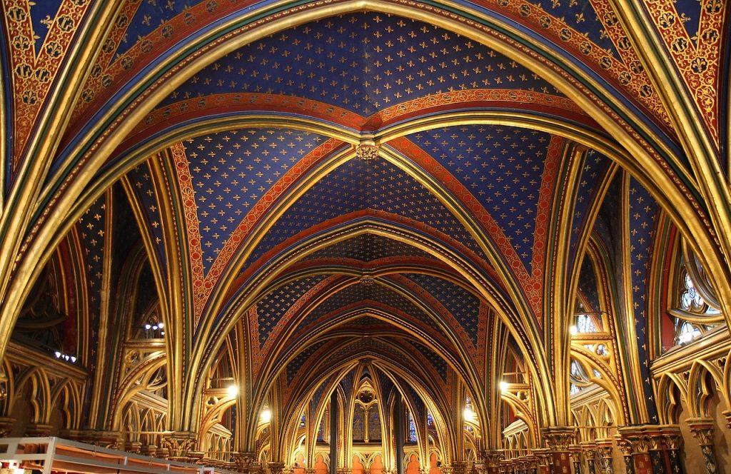 Sklepienie w Sainte Chapelle (Benh LIEU SONG/CC BY-SA 3.0).