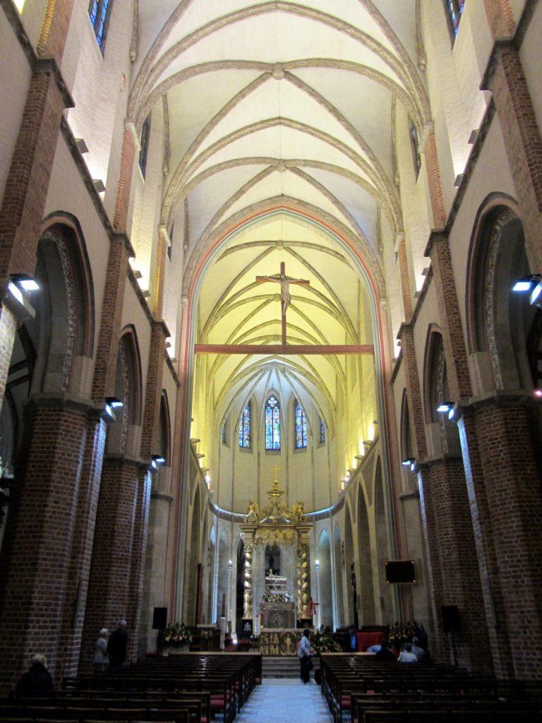 Wnętrze katedry w Gnieźnie (Bornholm/CC BY-SA 3.0).