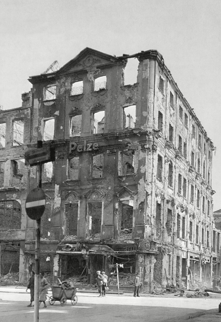Gdyby Niemcy naprawdę stawiali twardy opór Armii Czerwonej w Krakowie miasto zamieniłoby się w morze gruzów, tak samo  jak stało  się we Wrocławiu (domena publiczna).