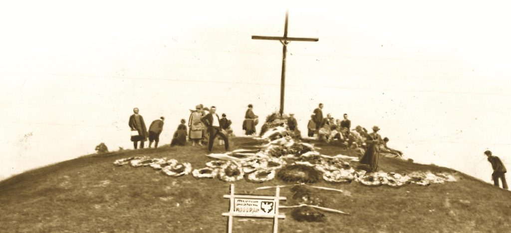 Zadwórze stało się symbolem męstwa i poświęcenia – polskimi Termopilami. W miejscu bitwy usypano kurhan i utworzono cmentarz poległych. Zdjęcie i podpis z książki Druga Rzeczpospolita w 100 przedmiotach.