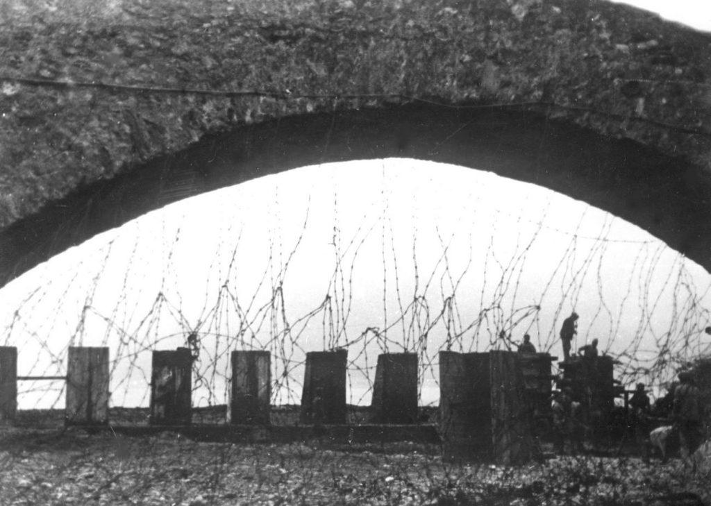 Niemcy zbudowali szereg zapór przeciwczołgowych. Ilustracja poglądowa (domena publiczna).