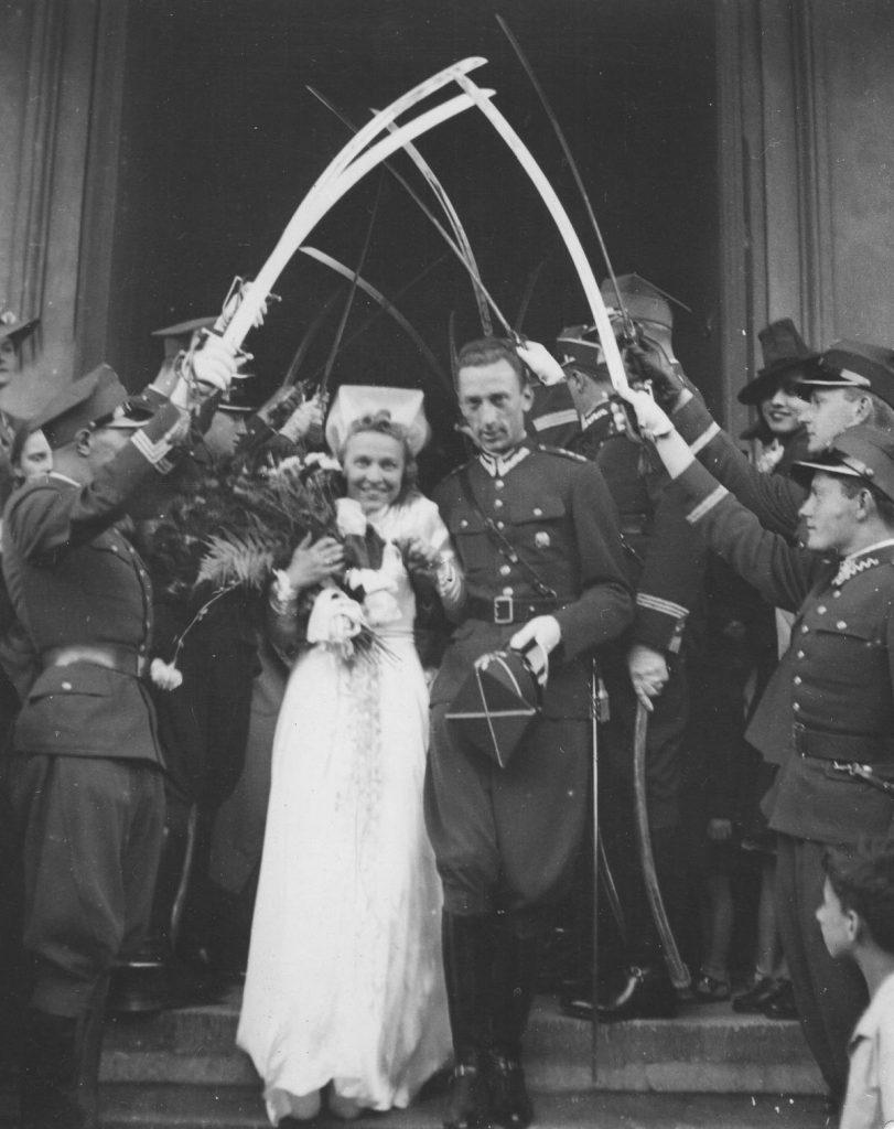Po 1 września 1937 roku porucznik, który chciał wziąć ślub musiał zdeponować na koncie PKO 10 000 złotych. Na zdjęciu z 1939 roku ślub porucznika  Romana Rożałowskiego i Hanny Kowalskiej (domena publiczna).