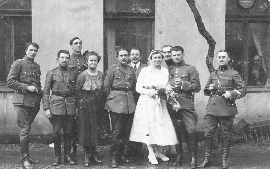 Do 1922 roku głównym czynnikiem decydująco o pozwoleniu na ślub oficera był jego wiek. Na zdjęciu z 1919 roku ślub porucznika Jana Przybyłka (domena publiczna).