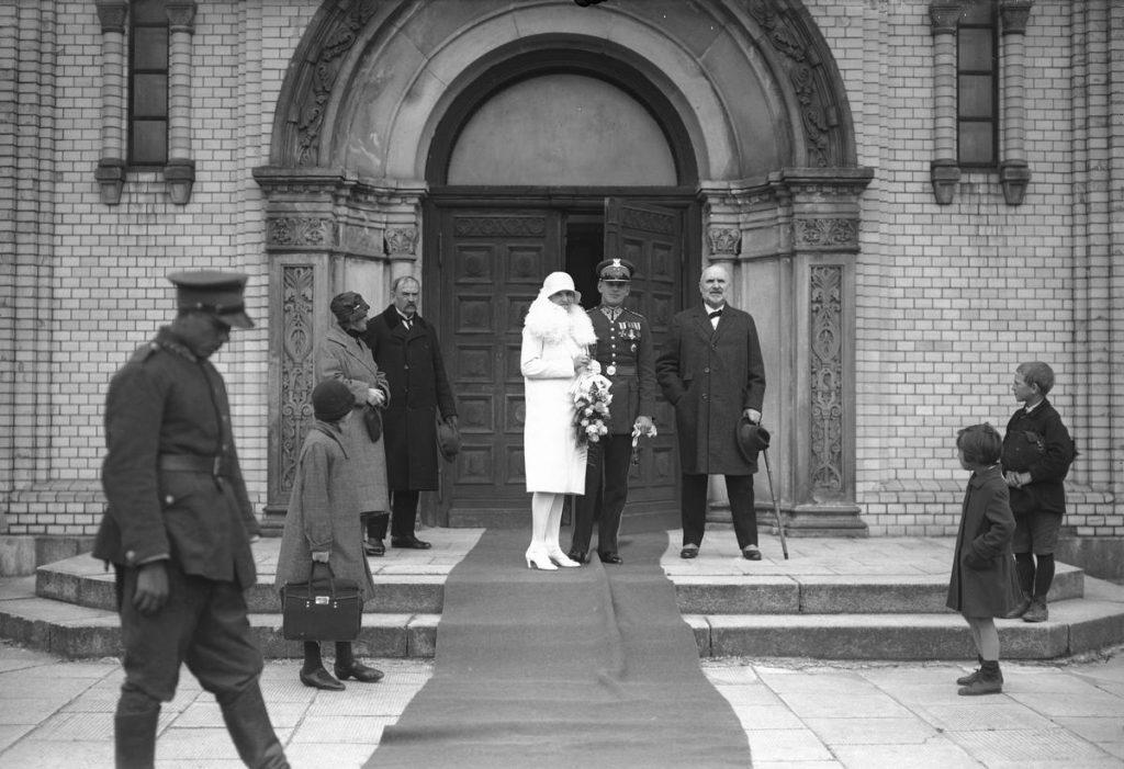 Od 1922 roku jednym z kluczowych czynników decydujących o pozytywnym rozpatrzeniu prośby o wzięcie ślubu przez oficera była nieposzlakowana opinia moralna panny młodej. Na zdjęciu ślub porucznika Kazimierza Pereświet-Sołtana. Czerwiec 1928 (Narcyz Witczak-Witaczyński/domena publiczna).