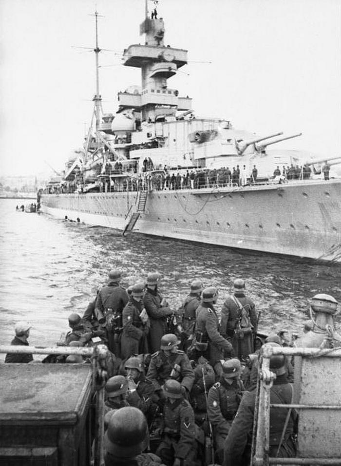W inwazji na Norwegię wzięła udział niemal cała Kriegsmarine. Na zdjęciu Admiral Hipper wyładowuje jednostki w Trondheim  (Bundesarchiv//Eitel Lange/CC-BY-SA 3.0).
