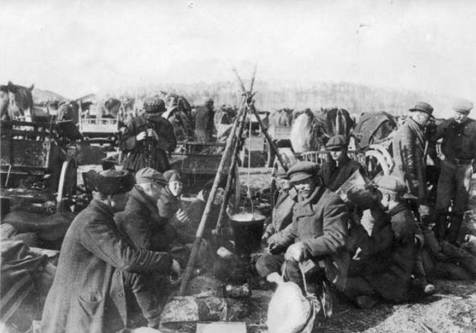 Bolszewicy zamknięci w obozie koncentracyjnym Fellman. Zdjęcie z 1918 roku (domena publiczna).
