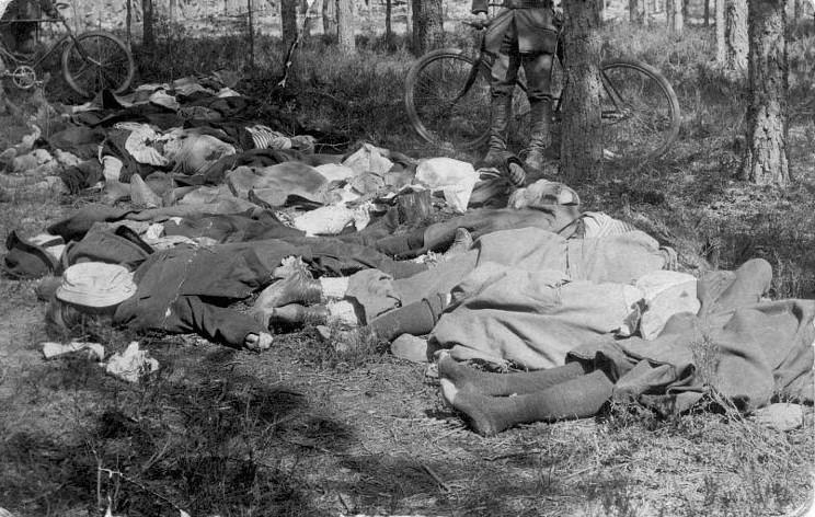 Ciała członkiń Czerwonej Gwardii rozstrzelanych przez Finów w obozie Hennala. Najmłodsza z pośród 200 ofiar miała tylko 14 lat (domena publiczna).