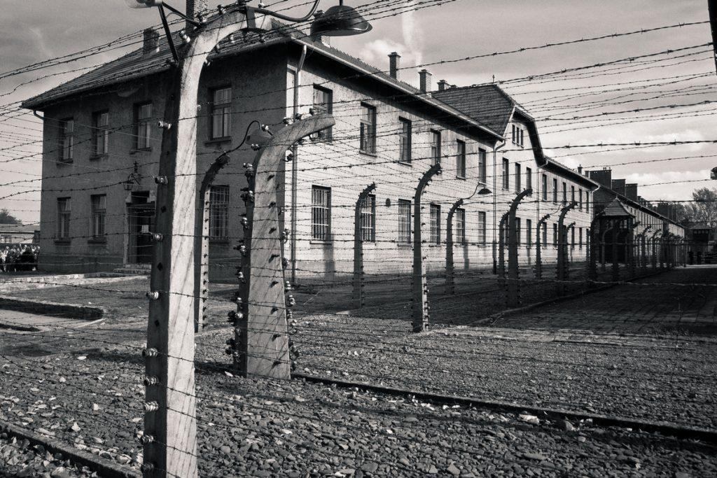 Więźniowie Auschwitz pałali morderczą nienawiścią do swoich oprawców. Jednak wiedzieli, że zabijcie jednego z nich pociągnęłoby straszne konsekwencje (PerSona77/CC BY-SA 3.0 PL).