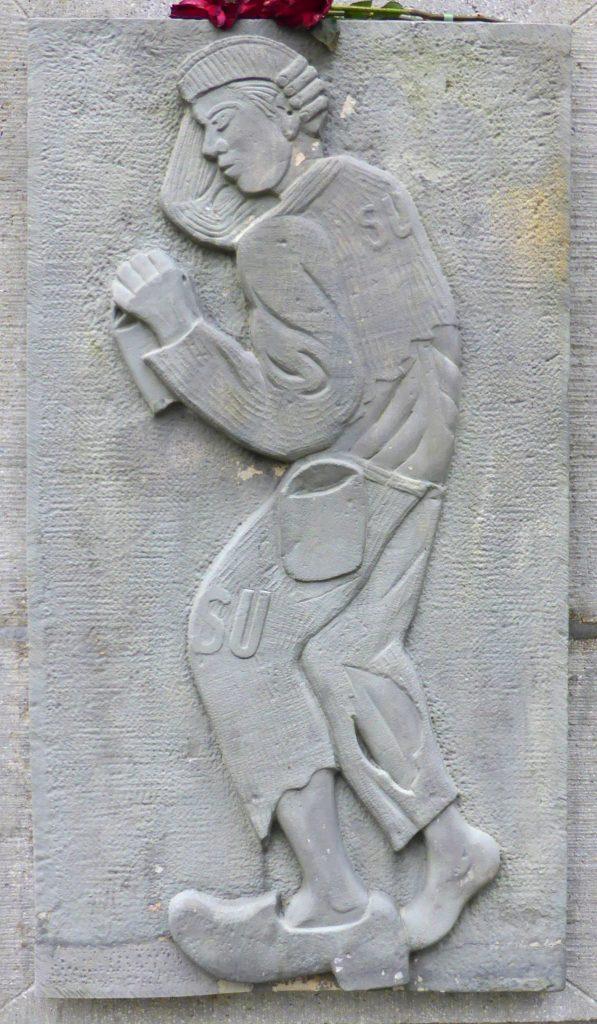 """Fragment pomnika w Wolfsburgu przedstawiający radzieckiego jeńca wojennego z literami """"SU"""". Właśnie tak oznaczano ich w Auschwitz-Birkenau (Kirchenfan/domena publiczna)."""