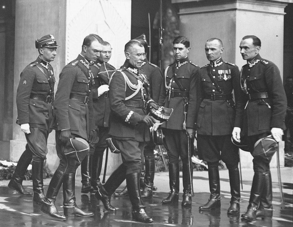 Porucznik Henryk Comte (na zdjęciu trzeci od prawej) dostał dwa tygodnie odwachu za nieregulaminowy taniec w mundurze (domena publiczna).