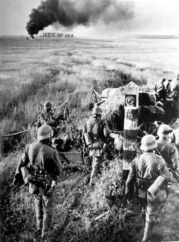 Po inwazji Niemców na ZSRR Baczyński postanowił walczyć u boku Armii Czerwonej. Na zdjęciu Wehrmacht przekracza sowiecką granicę (Johannes Hähle/domena publiczna).