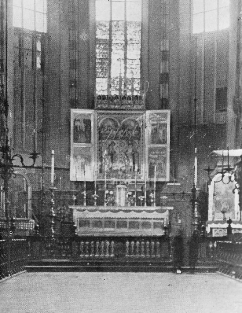 Wnętrze kościoła Mariackiego pozbawione ołtarza Wita Stwosza (domena publiczna).