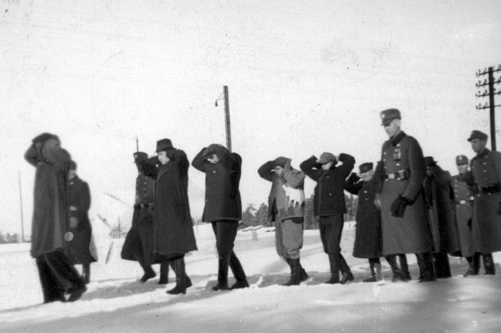 Dla nazistów Polacy byli podludźmi. Na zdjęciu niemiecka policja prowadzi aresztowanych Polaków (domena publiczna).