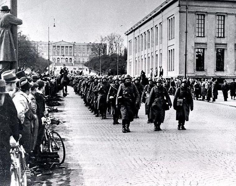 Brytyjska Admiralicja zignorowała informację o zatopieniu jednostki  załadowanej niemieckimi żołnierzami. Na zdjęciu żołnierze Wehrmachtu na ulicach Oslo (domena publiczna).