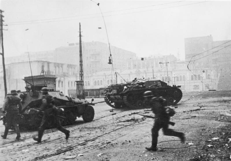 Baczyński walczył między innymi w okolicach Charkowa. Na zdjęciu niemiecka piechota podczas walk ulicznych w tym mieście (Bundesarchiv/Schmidt/CC-BY-SA 3.0).