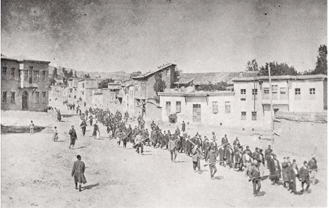 Ormianie eksportowani przez tureckich żołnierzy w jednym z tysięcy marszów śmierci (domena publiczna).