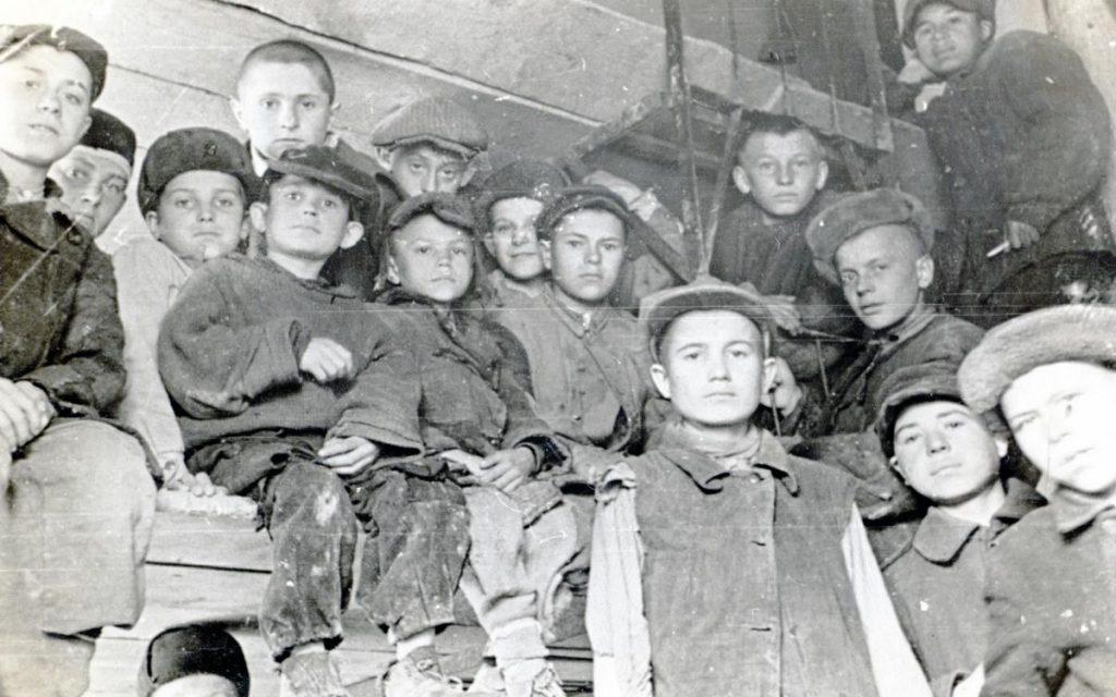 Dzieci więźniów politycznych w łagrach czekał straszny los (domena publiczna).