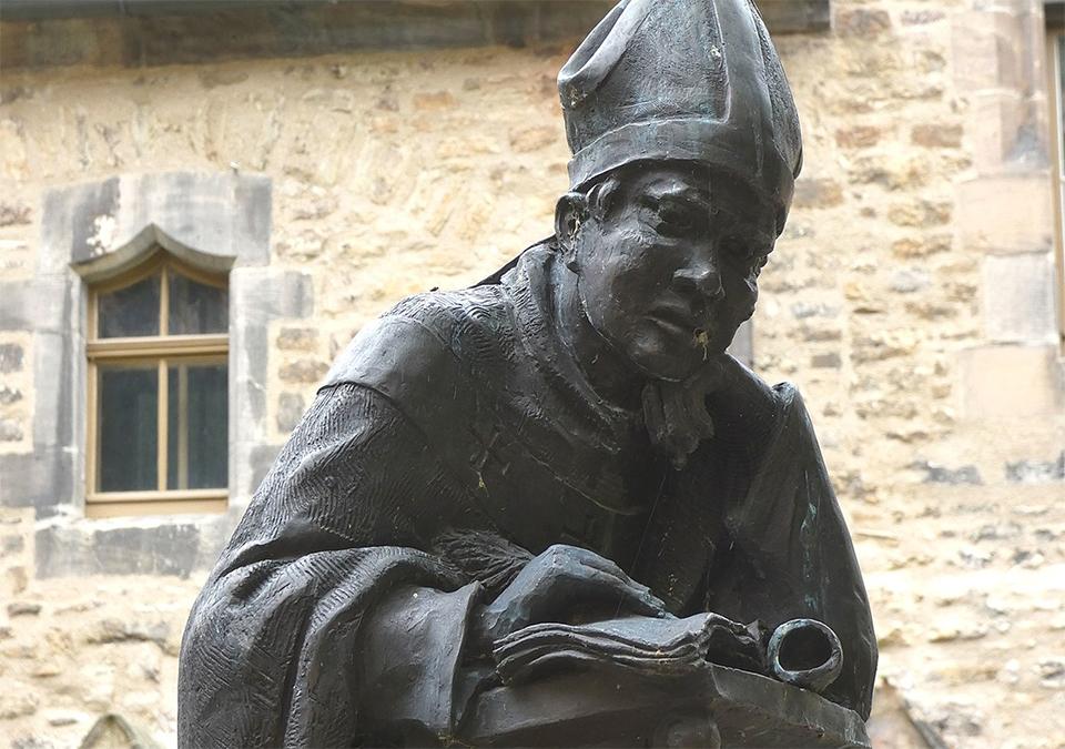 Posąg kronikarz Thietmara w Merseburgu. Rzeźba współczesna (fot. Catatine; lic. CC-BY-SA 4,0).