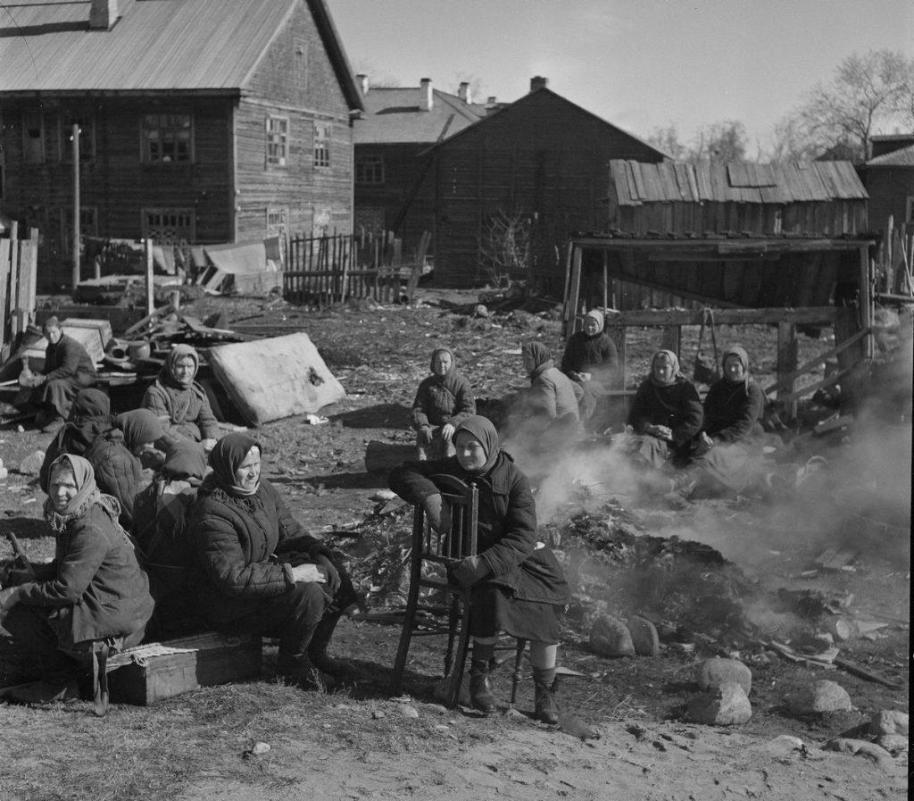 Radzieckie kobiety podczas śniadania w obozie w Pietrozawodsku. Kwiecień 1942 roku (Aavikko Dideto/domena publiczna).