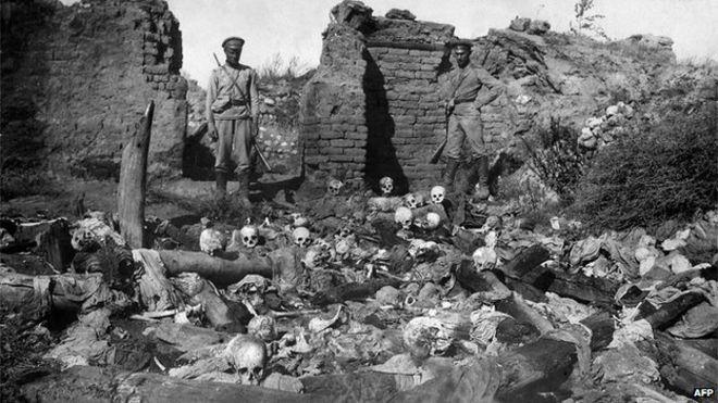 W trakcie trwającego od 1915 roku ludobójstwa Turcy zamordowali około 1,5 miliona Ormian.  Na zdjęciu z 1915 roku rosyjscy żołnierze w jednej z ormiańskich wiosek (domena publiczna).