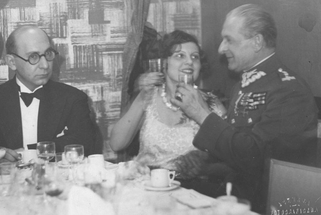 Antoni Słonimski (pierwszy od lewej), Zuza Pogorzelska i Bolesław Wieniawa-Długoszowski na zdjęciu z 1930 roku (domena publiczna).