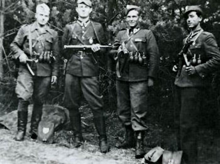 Początkowo ludność chętnie wpierała partyzantów. Z czasem było coraz trudniej. Na zdjęciu z 1947 roku członkowie partyzantki antykomunistycznej (domena publiczna).
