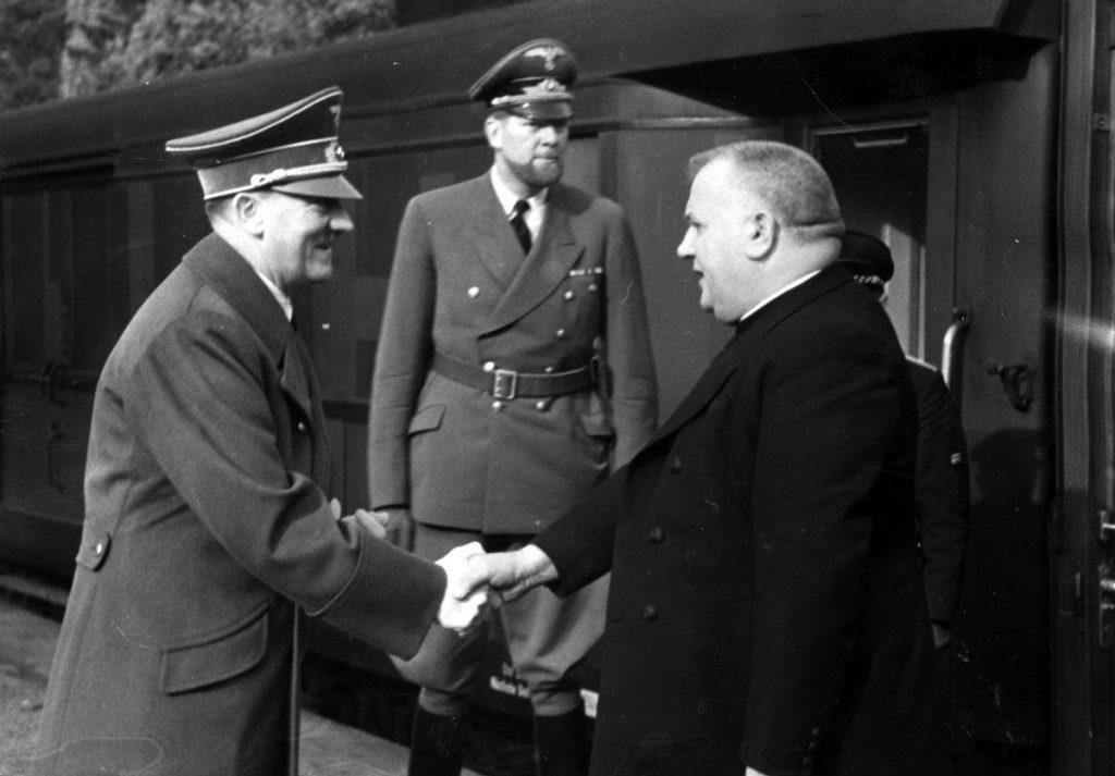Spotkanie Josefa Tisy z Adolfem Hitlerem. Zdjęcie z 1941 roku (domena publiczna).