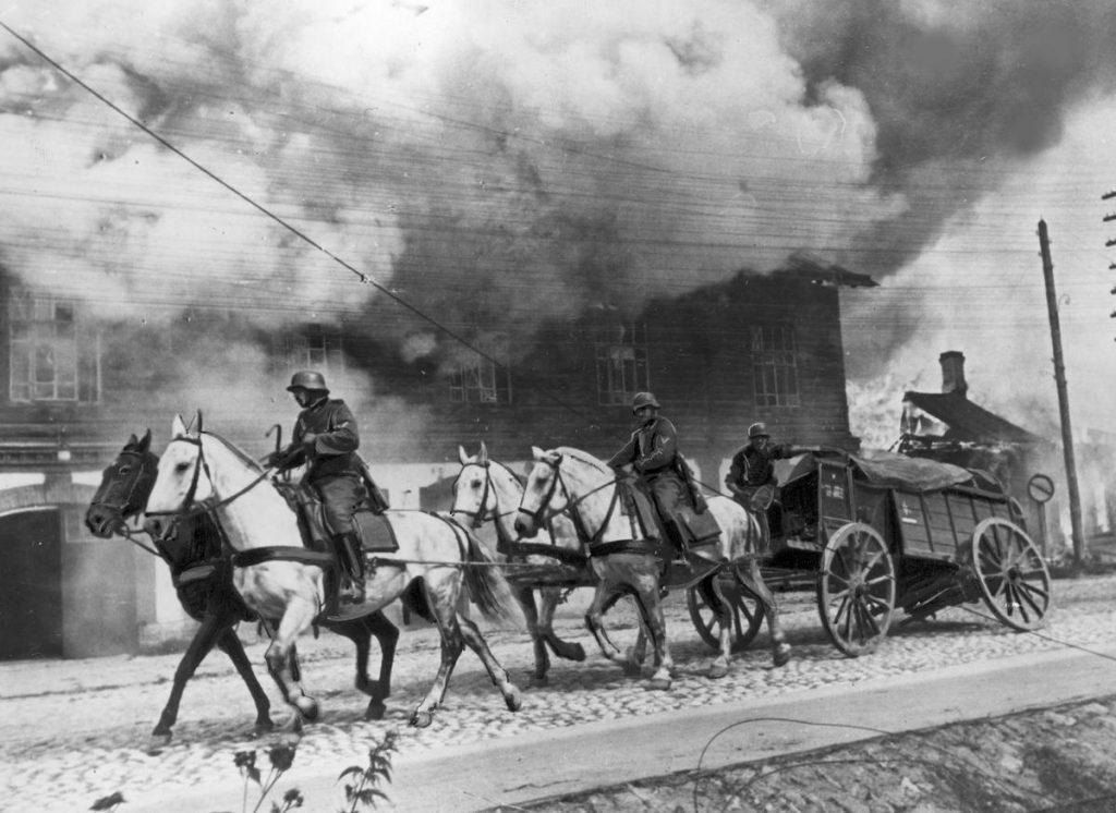 Dzięki decyzji Baczyńskiego udało się rozbić niemiecką kolumnę transportową. Na zdjęciu z okresu operacji Barbarossa uszkodzony wóz transportujący amunicję (domena publiczna).