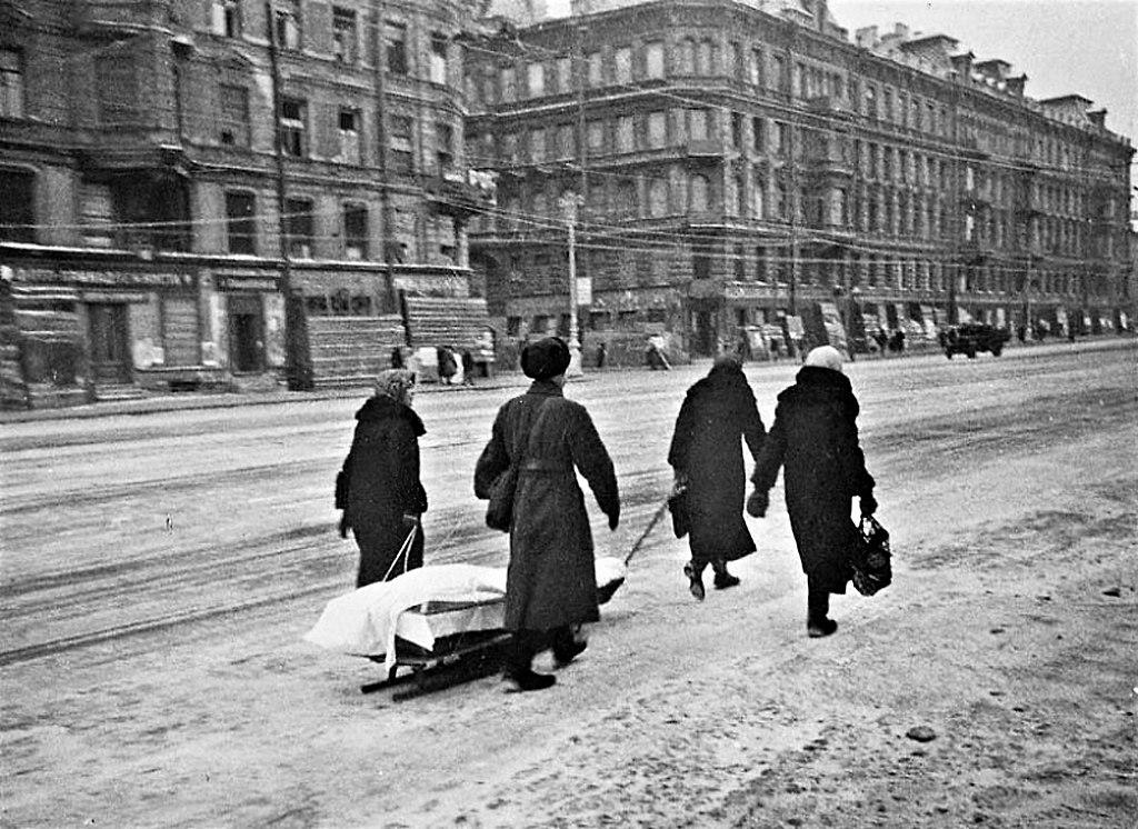 Zdarzało się, że głodujący leningradczycy zjadali zwłoki zmarłych. Na zdjęciu transport ciała jednej z setek tysięcy ofiar oblężenia (Siergiej Strunnikow/domena publiczna).