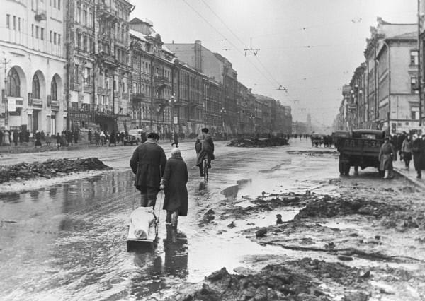 W czasie oblężenia przymykano oko na jedzenie zwłok zmarłych. Za to za mordowanie innych w celu ich zjedzenia groziła kara śmierci. Zdjęcie poglądowe  (RIA Novosti / Borys Kudojarow/CC-BY-SA 3.0).