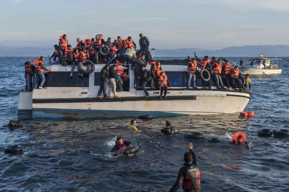 Łódź z syryjskimi i irackimi uchodźcami u wybrzeży Grecji (fot. Ggia, lic. CCA SA 4.0 I)