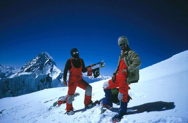 Lata 70. i 80. były złotą erą polskiego himalaizmu. Na zdj.  Walenty Fiut (z prawej) z Januszem Majerem na szczycie Broad Peak w lipcu 1984 roku ( R. Pawłowski - janusz majer/Wikimedia Commons).