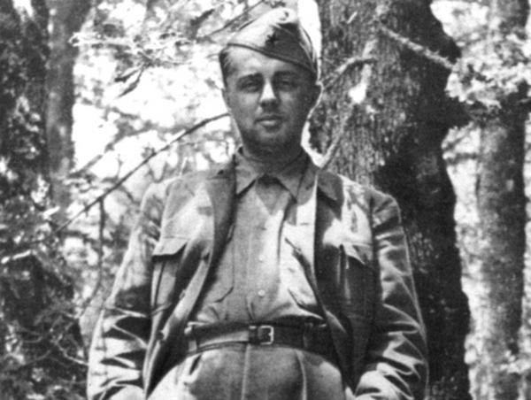 Enver Hodża na zdjęciu z 1944 roku (domena publiczna).