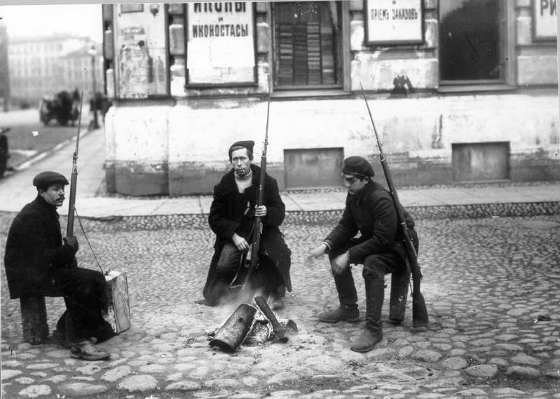 Czerwonogwardziści w Piotrogrodzie. Zdjęcie z 1917 roku (Jakow Steinberg/domena publiczna).